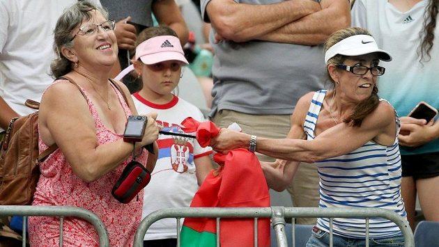 Fanynky se přetahují o čelenku Aryny Sabalenkové.