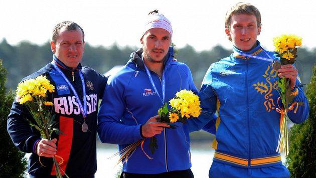 Kanoista Martin Fuksa (uprostřed) se zlatou medailí.