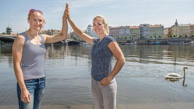Skifařky Lenka Antošová (vlevo) a Kristýna Fleissnerová před nadcházejícim ME ve veslování v Račicích.