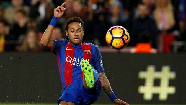 Hvězda Barcelony Neymar v akci.
