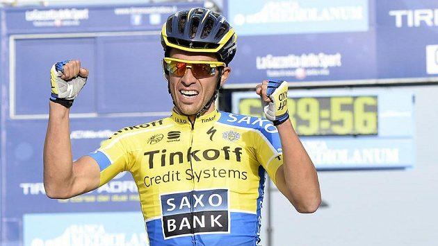 Španělský cyklista Alberto Contador oslavuje etapové vítězství v závodu Tirreno-Adriatico.