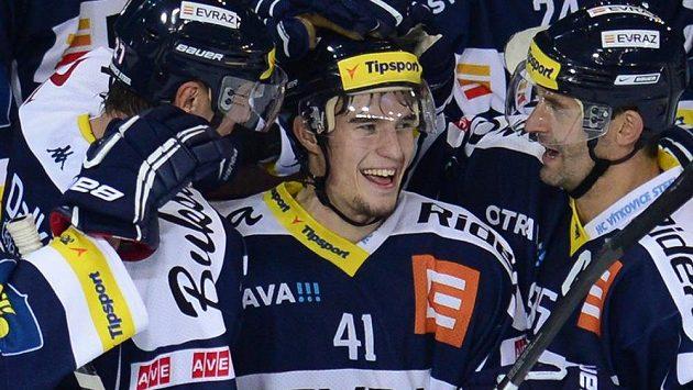 Vítkovický Petr Strapáč (uprostřed) oslavuje se spoluhráči gól na ledě Sparty.