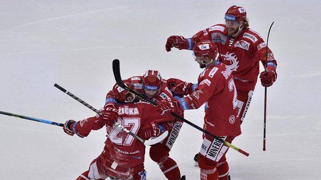 Hráči Třince se radují z gólu, vlevo autor Martin Růžička.