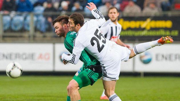 Českobudějovický stoper Hrayr Mkoyan (s číslem 25) brání příbramského útočníka Tomáše Wágnera (vlevo) v utkání 22. kola fotbalové Gambrinus ligy.