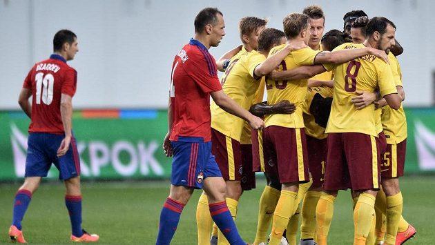 Fotbalisté Sparty Praha oslavují gól vstřelený na hřišti CSKA Moskva.