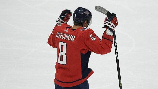 Ruský útočník Alexander Ovečkin se raduje z 699. gólu v NHL v kariéře.