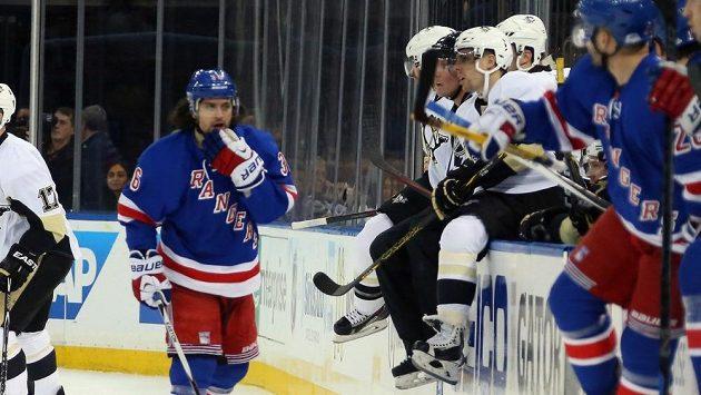Zranění Matse Zuccarella (vlevo) z New York Rangers zprvu nevypadalo tak hrozivě. Následky ale byly děsivé.