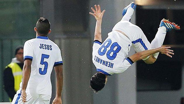 Hernanes z Interu Milán oslavuje se spoluhráčem Jesúsem svůj gól v ligovém utkání proti Livornu.
