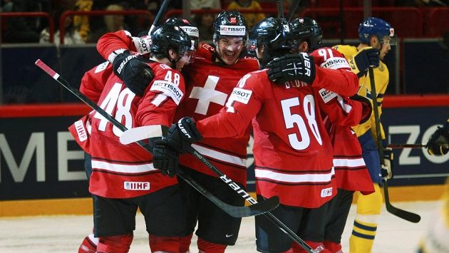 Radost švýcarských hokejistů z gólu proti Švédsku.