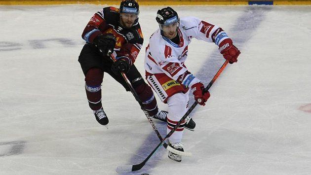 Hokejisté Sparty v extraligovém utkání bojují o body s Olomoucí. Zleva Jan Buchtele ze Sparty a Lukáš Kucsera z Olomouce.