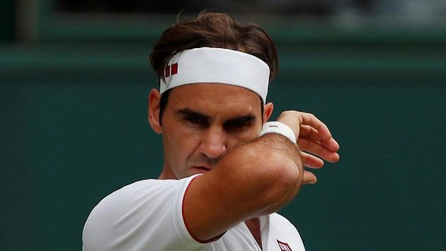 Švýcar Roger Federer během utkání s Lukášem Lackem.