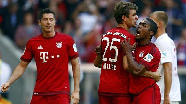 Robert Lewandowski, Thomas Müller a Douglas Costa (zcela vpravo) se radují z diskutabilní proměněné penalty proti Augsburgu.