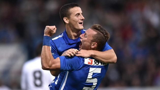 Liberečtí Herolind Shala a Vladimír Coufal (5) oslavují gól na 2:0 během utkání 3. předkola Evropské lig s Hapoelem Kirjat Šmona.