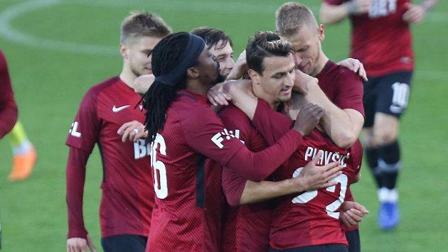Radost hráčů Sparty z třetí branky proti Karviné.