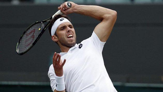 Tenista Jiří Veselý během zápasu druhého kola Wimbledonu s Rakušanem Dominicem Thiemem.