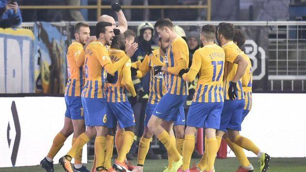 Fotbalisté Opavy se radují ze vstřeleného gólu.