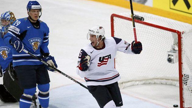 Američan Craig Smith (vpravo) slaví gól proti Finsku. Ville Viitaluoma (uprostřed) a gólman Antti Raanta smutně púřihlížejí.