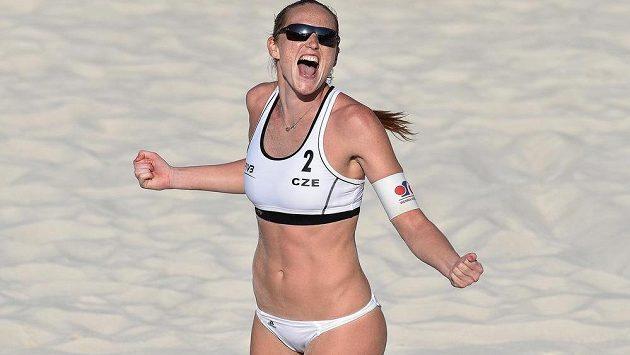 Kristýna Kolocová má zatím na turnaji Světového okruhu v plážovém volejbalu v Praze na Štvanici k radosti důvod