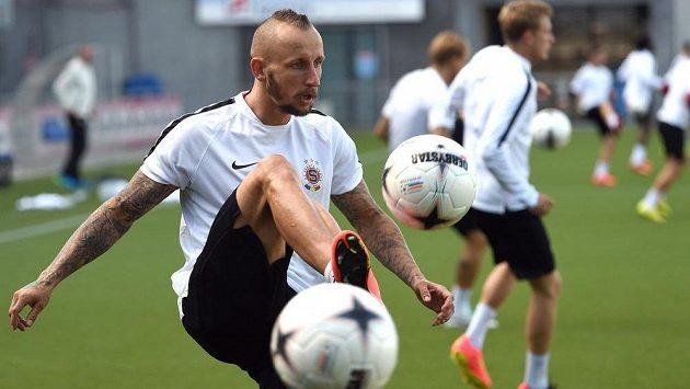 Záložník Michal Breznaník ve sparťanském během předzápasového tréninku ve Zwolle.
