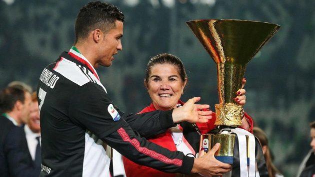Portugalský fotbalista Cristiano Ronaldo drží společně se svojí matkou Dolores Aveirovou trofej pro mistra italské Serie A. Archivní foto