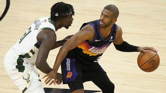 Hvězdného rozehrávače Phoenixu Chrise Paula (vpravo) střeží ve druhém finálovém duelu NBA Jrue Holiday z Milwaukee.