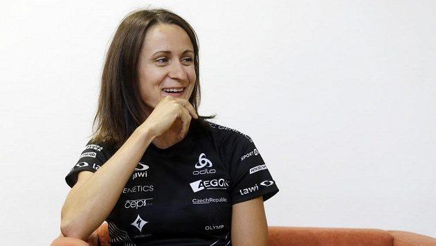 Martina Sáblíková na nedávné tiskové konferenci. Ukázala se v novém účesu.