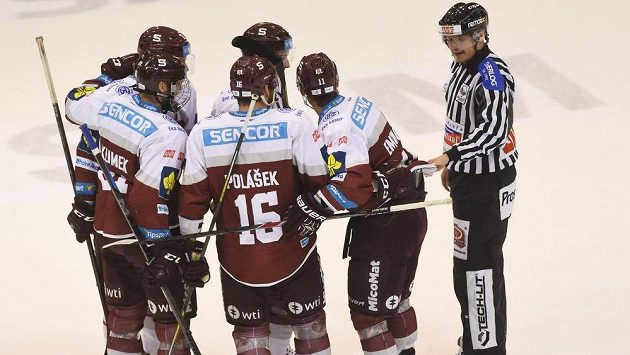 Hokejisté Sparty se na ledě Olomouce radují z vyrovnávacího gólu, který vstřelil obránce Vladimír Eminger (zcela vpravo).