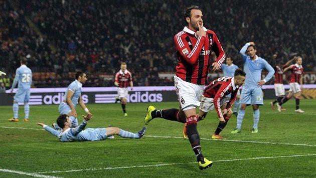 Giampaolo Pazzini z AC Milán (vpředu) se raduje ze vstřelení gólu proti Laziu Řím.