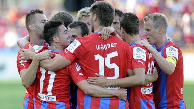 Hráči Plzně se radují z úvodního gólu. Druhý zleva (č. 11) je střelec Milan Petržela.