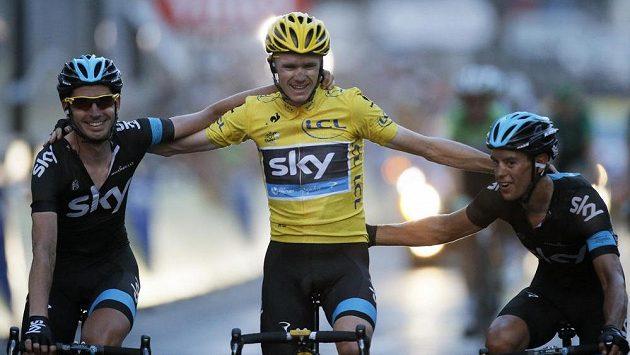 Jezdci týmu Sky dojíždějí do cíle poslední 21. etapy cyklistické Tour de France. Uprostřed je celkový vítěz Christopher Froome.
