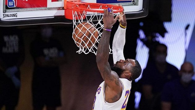 Hvězda týmu LA Lakers LeBron James smečuje v pátém utkání 2. kola play off NBA proti Houstonu.