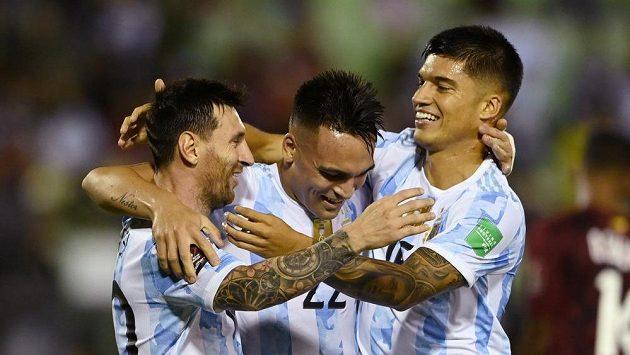 Fotbalisté Argentiny Joaquin Correa (vpravo), Lionel Messi (vlevo) a Lautaro Martínez slaví gól.