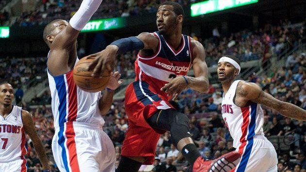 Basketbalista Washingtonu Wizards John Wall (uprostřed) v utkání proti Detroitu.
