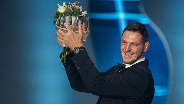 Lukáš Krpálek si užívá s korunkou pro vítěze ankety Sportovec roku 2016. Prvenství ovšem neobhájil.