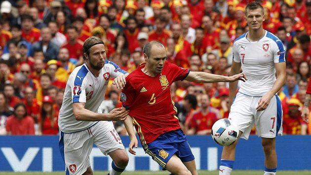 Španělský záložník Andres Iniesta bojuje s Jaroslavem Plašilem (vlevo). Vpravo přihlíží Tomáš Necid.