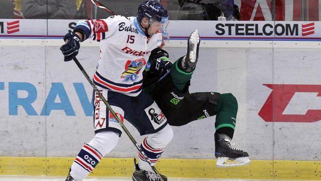 Hokejista Blaž Gregorc z Vítkovic posílá k ledu Jakuba Černého z Karlových Varů.
