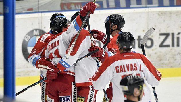 Hokejisté Olomouce se radují z prvního gólu proti Zlínu.