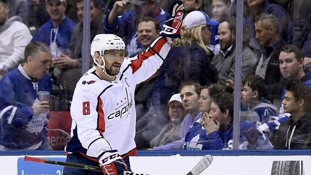 Hvězda Washingtonu Capitals Alex Ovečkin (8) slaví, je nejlepším ruským hokejistou v historii NHL.