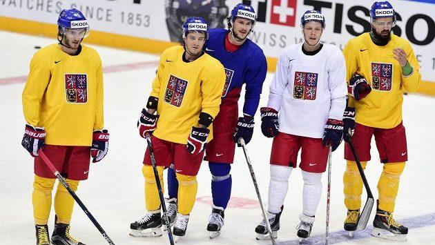 Zleva Tomáš Filippi, Petr Koukal, Tomáš Kundrátek, David Pastrňák a Richard Jarůšek při rozbruslení před prvním zápasem s Rusy.