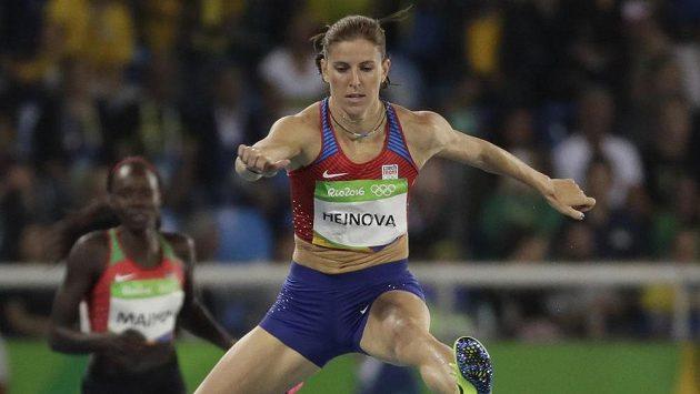 Zuzana Hejnová nad překážkou v rozběhu olympijského závodu.