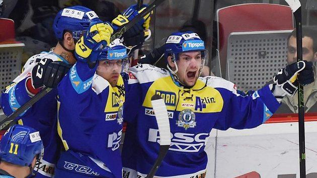 Zlínští hokejisté se radují z vítězství v prodloužení na ledě Třince ve třetím utkání předkola play off.