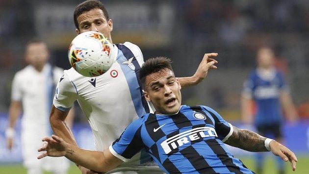 Lautaro Martínez (vpravo) z Interu Milán v ligovém souboji s Luizem Felipem z Lazia Řím.