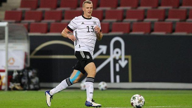 Německý reprezentační obránce Lukas Klostermann musí na operaci kolena a vedle zápasů s Lipskem v bundeslize i Lize mistrů může přijít také o přípravu s českými fotbalisty.
