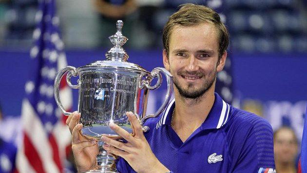 Ruský tenista Daniil Medveděv s trofejí pro vítěze US Open.