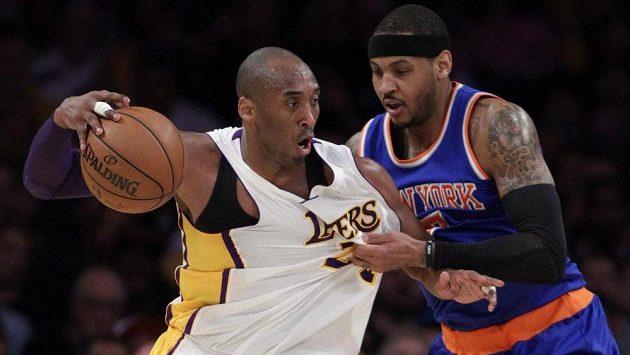 Carmelo Anthony (vpravo) a Kobe Bryant. Z výhry se radoval první jmenovaný, hráč New Yorku Knicks.
