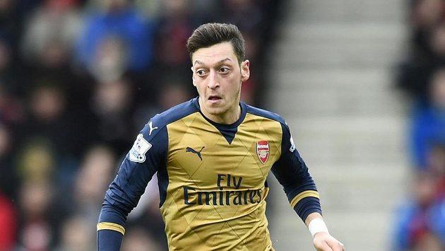 Záložník Arsenalu Mesut Özil.