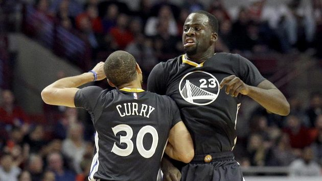 Hráči Golden State Warriors Draymond Green (číslo 23) a Stephen Curry se radují při zápase proti Chicagu Bulls.