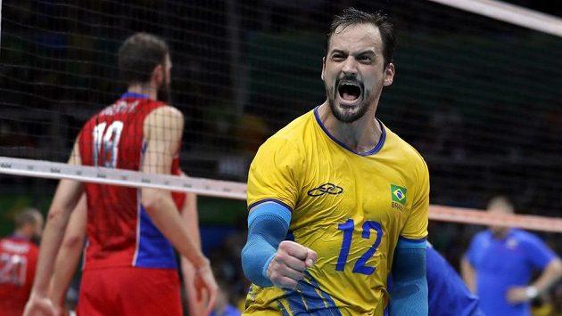 Luiz Felipe Marques Fonteles z Brazílie oslavuje postup do finále volejbalistů.