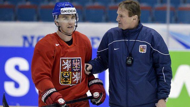 Obránce Marek Židlický a trenér Alois Hadamczik na pondělním tréninku české reprezentace na mistrovství světa.