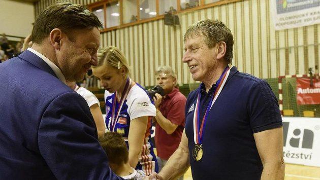 Zleva Jiří Zemánek z managementu olomouckého klubu a trenér Jiří Teplý po zisku titulu.